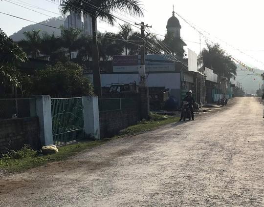Bé 4 tuổi bị xe tải tông tử vong: Cổng trường mở trong giờ học - Ảnh 1.