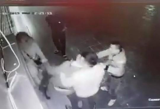 Phẫn nộ cảnh cô gái trẻ bị 4 nam thanh niên trêu ghẹo, hành hung tới tấp - Ảnh 2.