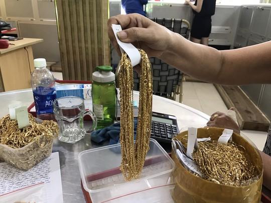 Thông tin sốc vụ 230 lượng vàng: Thu thêm 200 lượng tại nhà đối tượng trộm - Ảnh 4.