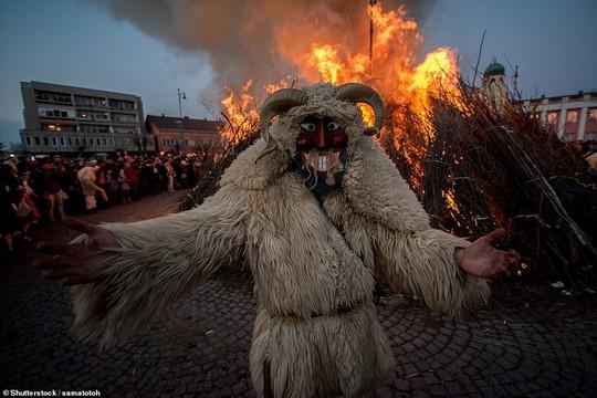 Cuộc chiến ném cam và 10 lễ hội quái đản nhất thế giới - Ảnh 1.