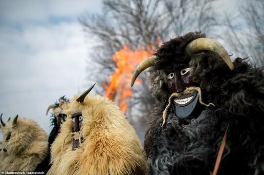 Cuộc chiến ném cam và 10 lễ hội quái đản nhất thế giới - Ảnh 2.