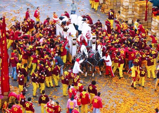 Cuộc chiến ném cam và 10 lễ hội quái đản nhất thế giới - Ảnh 11.
