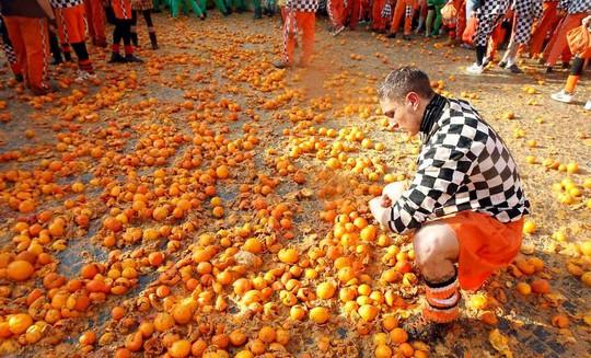 Cuộc chiến ném cam và 10 lễ hội quái đản nhất thế giới - Ảnh 12.