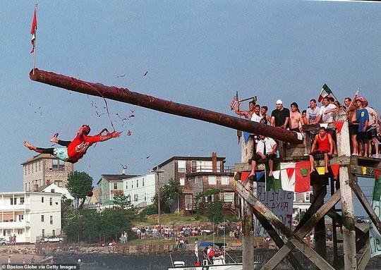 Cuộc chiến ném cam và 10 lễ hội quái đản nhất thế giới - Ảnh 7.