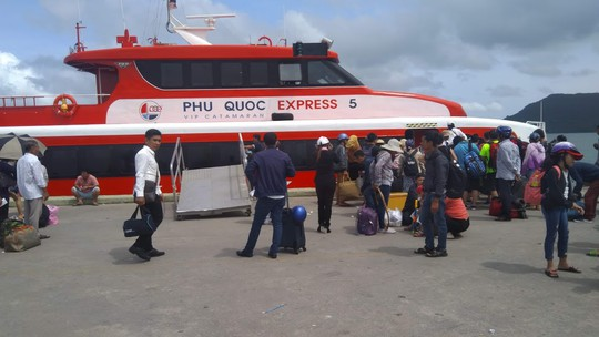 """Tàu cao tốc tạm ngưng hoạt động vì bão số 1, nhiều du khách """"kẹt"""" lại Phú Quốc - Ảnh 1."""