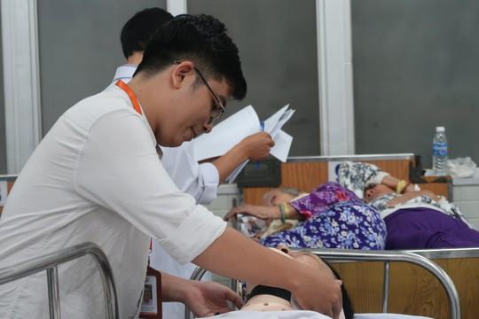 7 nạn nhân vụ tai nạn ở Long An đang được cấp cứu tại Bệnh viện Chợ Rẫy - Ảnh 2.