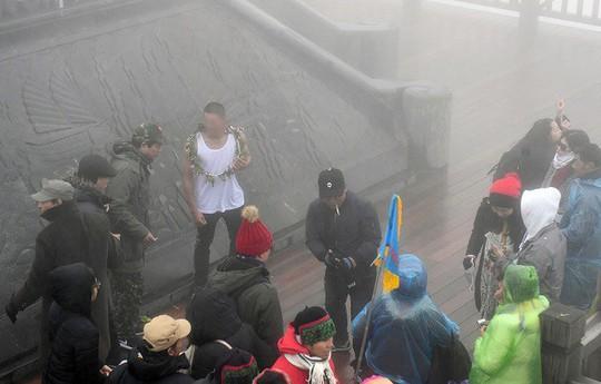 Sự xuất hiện của chàng trai mặc áo ba lỗ dưới cái lạnh 0 độ C thu hút sự chú ý của nhiều người - Ảnh: Mạng xã hội