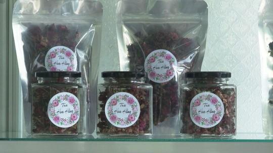 Cô giáo 9X làm trà từ hàng ngàn loại hoa ở Sa Đéc - Ảnh 2.