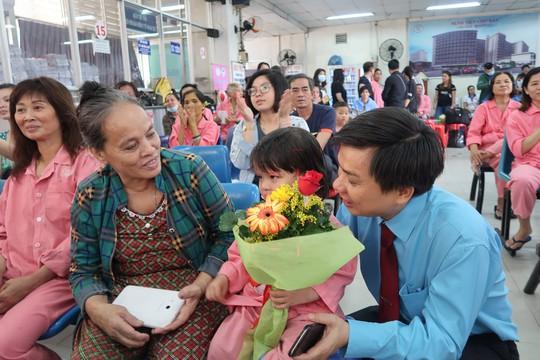 Bệnh nhân xúc động trong ngày chủ nhật chia sẻ yêu thương - Ảnh 1.