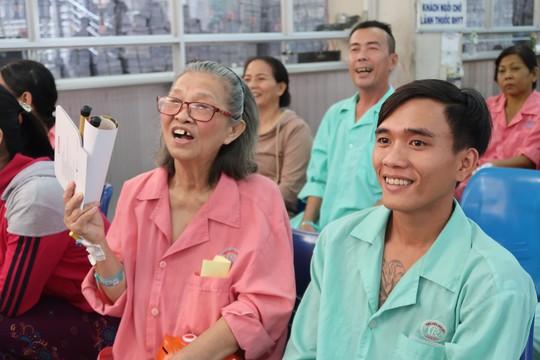 Bệnh nhân xúc động trong ngày chủ nhật chia sẻ yêu thương - Ảnh 4.