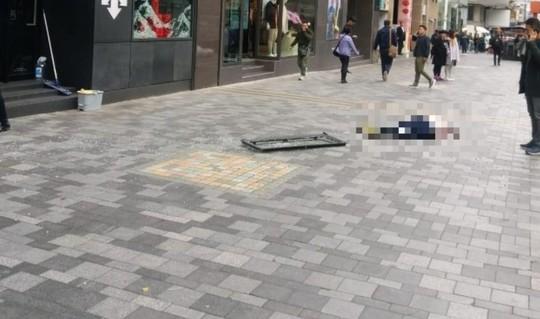 Đi bộ dưới đường, bị cửa sổ tầng 16 rơi trúng đầu tử vong - Ảnh 2.