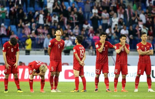 Thậm chí, tiền vệ trẻ tài năng của bóng đá Việt Nam còn không dám nhìn Bùi Tiến Dũng thực hiện cú sút quyết định