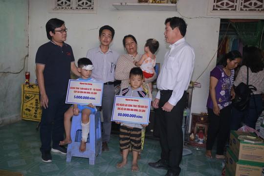 Vợ chồng chết dưới bánh xe container: Hơn 3 tỉ đồng hỗ trợ, mở sổ tiết kiệm cho 3 cháu bé
