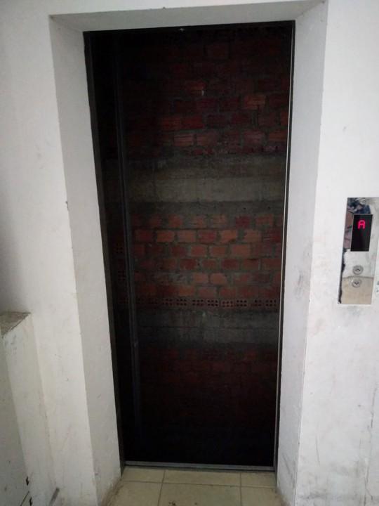 Suýt bước vào thang máy không có... cabin - Ảnh 1.