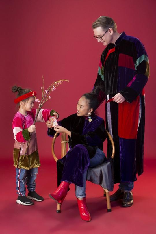 Gia đình Đoan Trang xúng xính áo dài Tết - Ảnh 1.