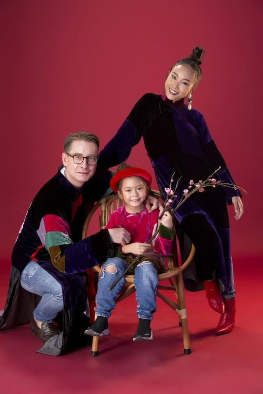 Gia đình Đoan Trang xúng xính áo dài Tết - Ảnh 2.