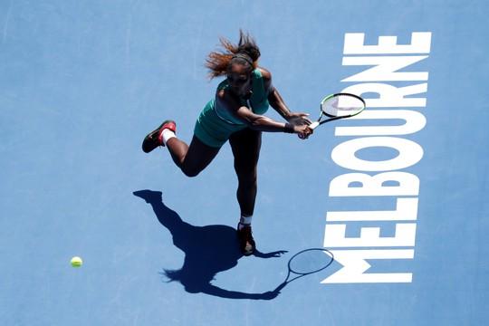 Vấp ngã phút cuối, Serena Williams bị loại ở tứ kết - Ảnh 2.