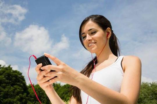 Đeo tai nghe thường xuyên có thể làm mất thính lực - Ảnh 1.