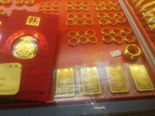 Trước ngày Thần Tài, nhiều doanh nghiệp mua bán vàng neo giá - Ảnh 1.
