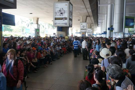 Ngàn người vật vạ ở sân bay Tân Sơn Nhất chờ đón Việt kiều - Ảnh 2.