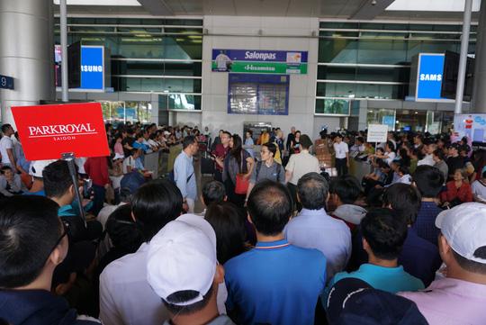 Ngàn người vật vạ ở sân bay Tân Sơn Nhất chờ đón Việt kiều - Ảnh 1.