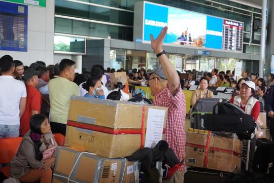 Ngàn người vật vạ ở sân bay Tân Sơn Nhất chờ đón Việt kiều - Ảnh 3.