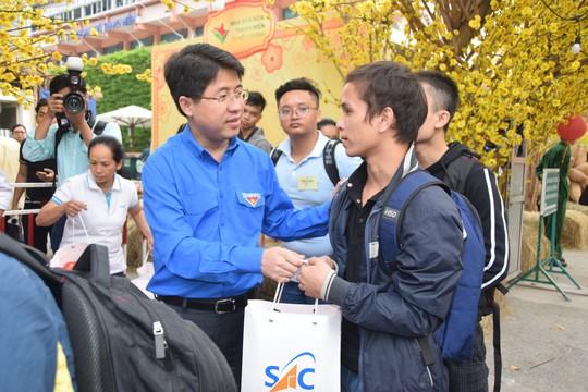 2.500 sinh viên theo chuyến xe mùa xuân về quê đón Tết - Ảnh 3.