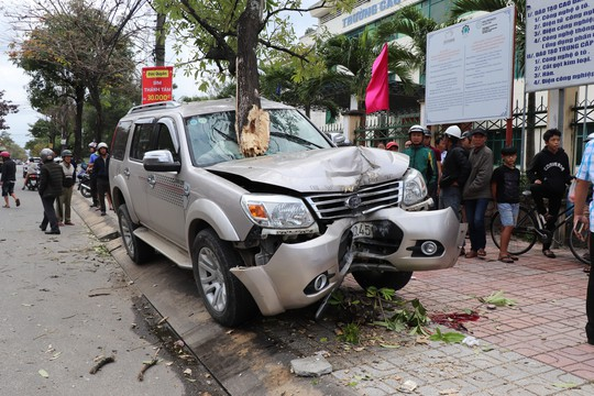 Ô tô leo lên vỉa hè tông gãy gốc cây, tông tiếp 2 mẹ con làm 1 người chết - Ảnh 1.