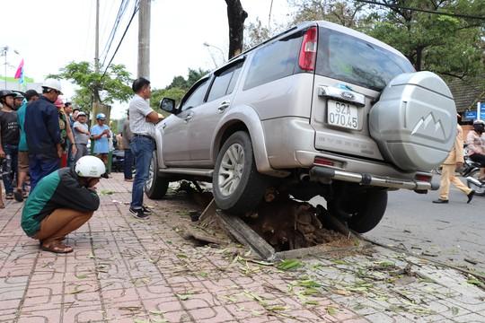 Ô tô leo lên vỉa hè tông gãy gốc cây, tông tiếp 2 mẹ con làm 1 người chết - Ảnh 2.