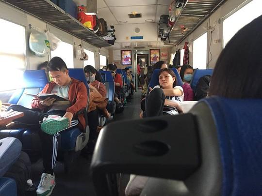 Vụ tàu trật bánh, nhiều hành khách vật vờ dọc đường - Ảnh 1.