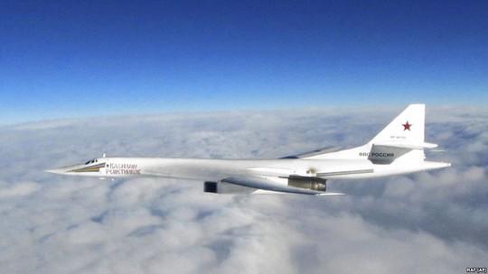 Cặp máy bay ném bom Tu-160 của Nga đại náo bờ biển Bắc Mỹ - Ảnh 1.