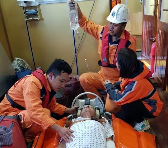 Cấp cứu khẩn du khách Mỹ trên du thuyền quốc tế giữa biển - Ảnh 3.