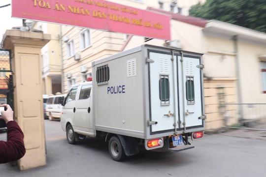 An ninh thắt chặt tại tòa xử 2 cựu thứ trưởng Bộ Công an và Vũ nhôm - Ảnh 5.