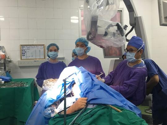 Ca mổ đặc biệt: Bệnh nhân vừa mổ não vừa hát Quốc ca - Ảnh 2.