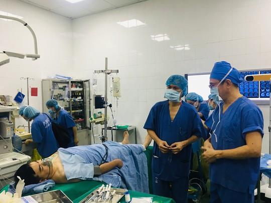 Ca mổ đặc biệt: Bệnh nhân vừa mổ não vừa hát Quốc ca - Ảnh 3.