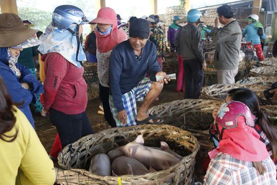 Nghề độc ở chợ heo lớn nhất Quảng Nam - Ảnh 4.