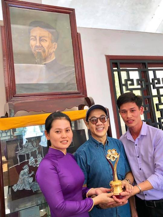 Các hướng dẫn viên Khu di tịch Nguyễn Đình Chiểu - Bến Tre chúc mừng NSƯT Thành Lộc