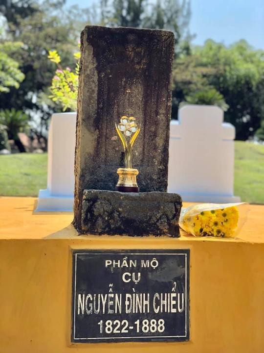 Tượng Mai Vàng được đặt trang trọng tại ngôi mộ của cụ Nguyễn Đình Chiểu