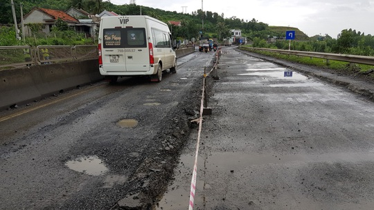 """Vá chưa xong 5.200 """"ổ gà"""", Quốc lộ 1 qua Phú Yên lại lủng thêm 3.500 m2 - Ảnh 2."""