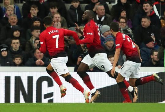 Các ngôi sao M.U như đang chọc tức Mourinho - Ảnh 1.