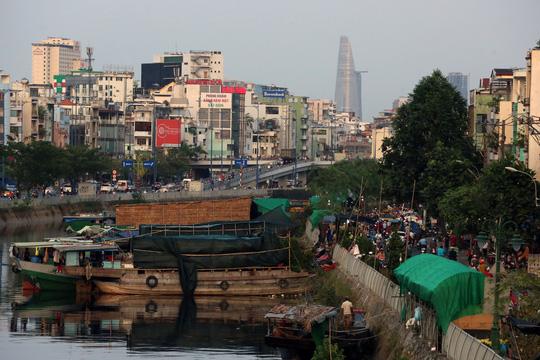 Chợ hoa Tết Bến Bình Đông ngày càng đìu hiu dù cận Tết - Ảnh 1.