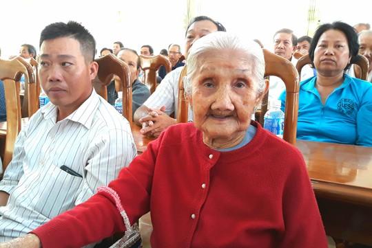 Nhiều cụ bà khóc nghẹn vì nhận căn nhà mơ ước đón Tết - Ảnh 2.