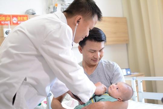 Vinmec Central Park: Thêm một em bé bị bệnh tim phức tạp được tái sinh bằng kỹ thuật mổ tim không đau - Ảnh 1.