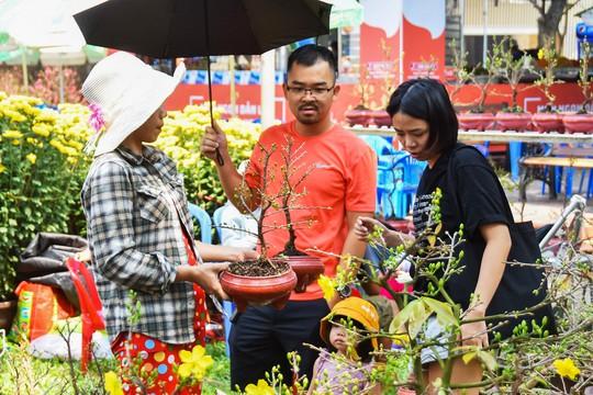 Chợ hoa Tết Bến Bình Đông ngày càng đìu hiu dù cận Tết - Ảnh 12.