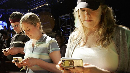 5 tác hại đối với da khi sử dụng điện thoại thường xuyên - Ảnh 2.