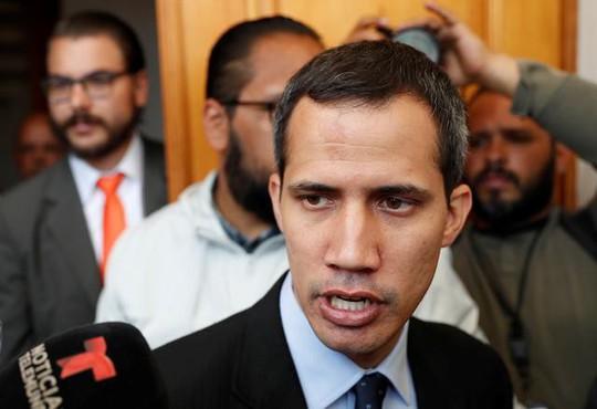 Venezuela tung đòn tới tấp vào tổng thống tự phong - Ảnh 1.