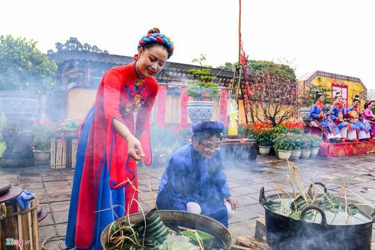 Cảnh gói bánh kiểu cung đình xưa ở cố đô Huế - Ảnh 8.