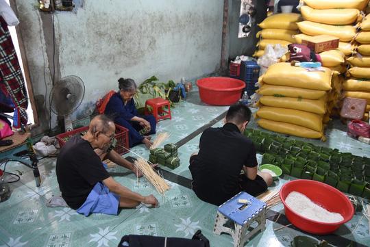 Làng bánh chưng mỗi ngày xuất hàng chục tấn ở Đồng Nai - Ảnh 2.