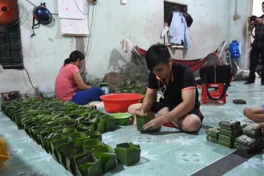 Làng bánh chưng mỗi ngày xuất hàng chục tấn ở Đồng Nai - Ảnh 3.