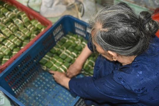 Làng bánh chưng mỗi ngày xuất hàng chục tấn ở Đồng Nai - Ảnh 4.